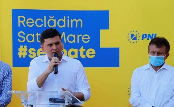 Candidatul Adrian Cozma ajunge la Tășnad și nu se sfiește să arate lipsurile actualului președinte al Consiliului Județean