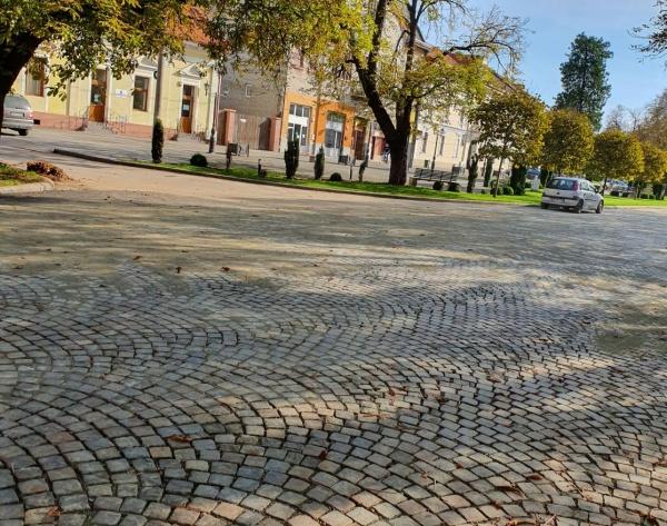 Piatră cubică în loc de asfalt la Carei pe artera principală