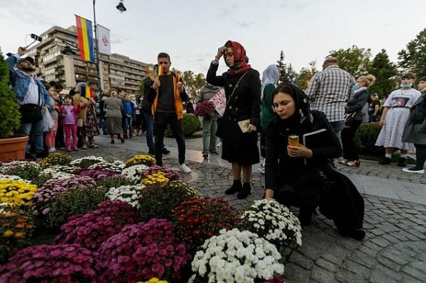 Biserica în arest! Pelerinii aduc flori și cântă ,,Cu noi este Dumnezeu,,.VIDEO