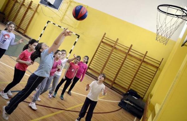 Ministerul Sănătății: Masca NU este obligatorie și nici recomandată la orele de sport!