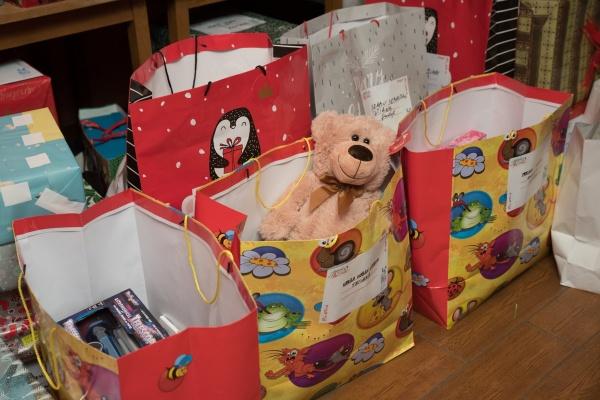Ajutoarele lui Moș Crăciun ajung și în acest an la copiii nevoiași din Satu Mare