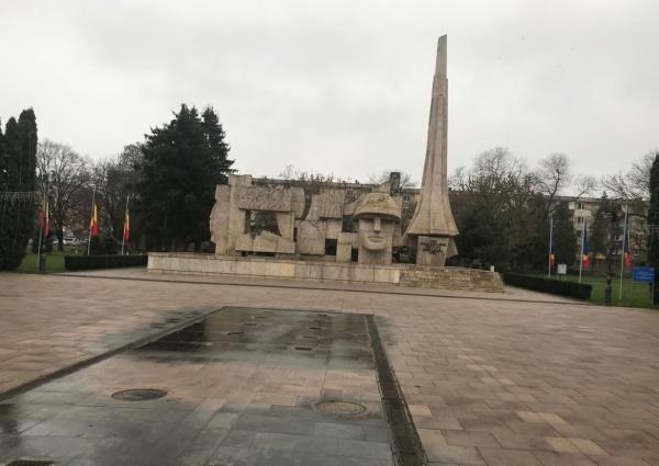 Au apărut catargele mobile  în jurul Monumentului Ostașului Român