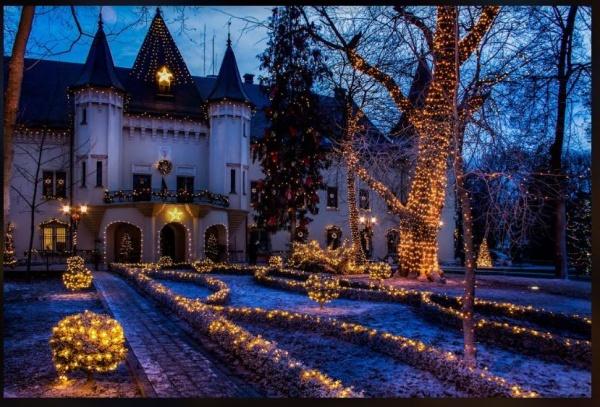 Iluminat cu motivele sărbătorilor de iarnă la Castelul din Carei