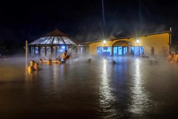Piscina cu apă termală de la Ștrandul Termal Tășnad deschisă de sărbători. Program
