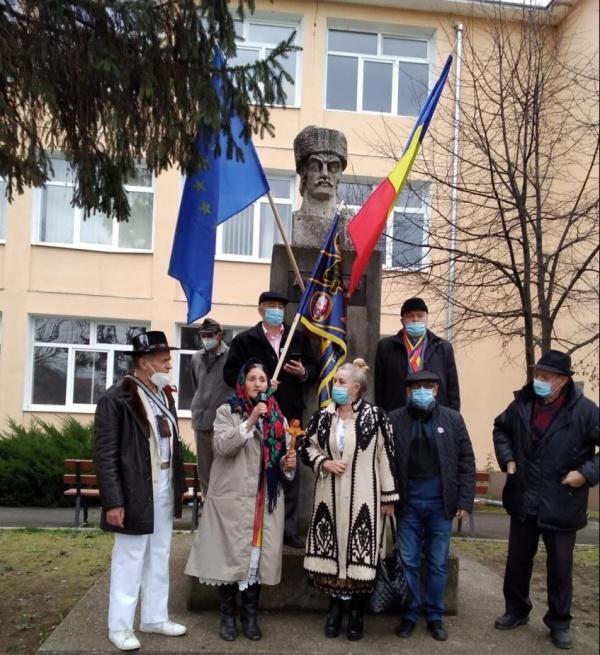 Au fost repuse steagurile tricolore dispărute de la bustul lui Avram Iancu din Timișoara