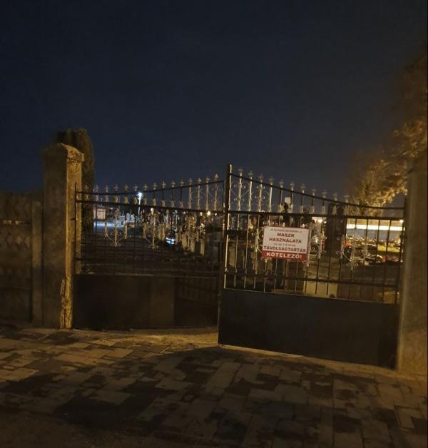 Ildiko Beko minte! Nu există inscripție  în limba română la intrarea în cimitir de pe strada Tireamului