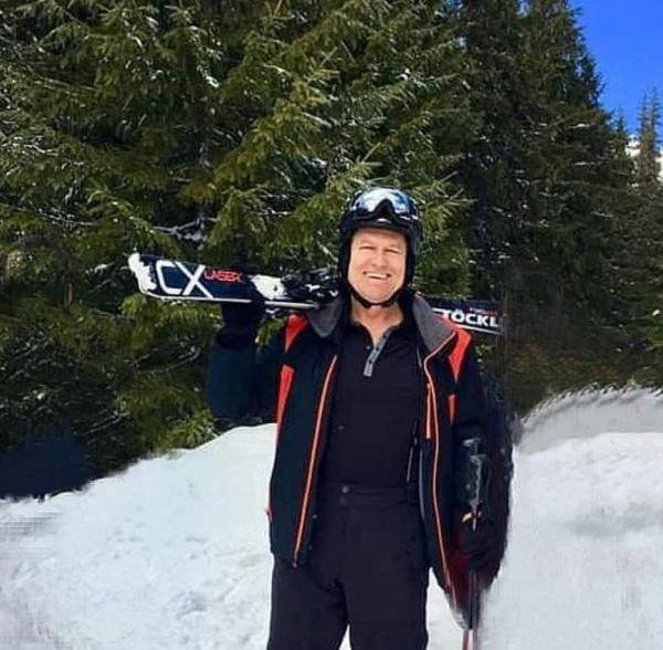 Președintele Iohannis la schi fără mască. Consilierul primarului nu are ochi decât pentru președinta ASTRA Carei