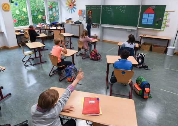 Deschideți școlile măcar în județele cu incidență sub 1,5