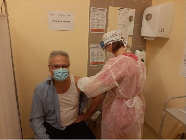 Primul medic vaccinat în județ. Politicienii nu se înghesuie