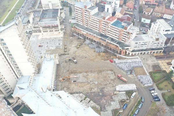 Se demolează fântâna în formă de cruce  cu un singur braț din Centrul Civic Satu Mare