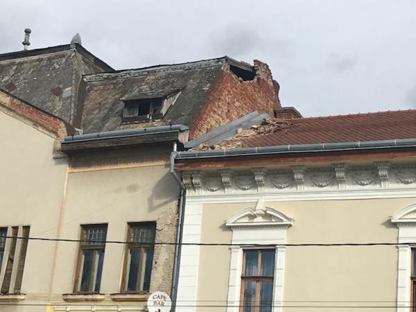 Atenție pietoni! Cad bucăți de perete din clădirile neîntreținute din Carei