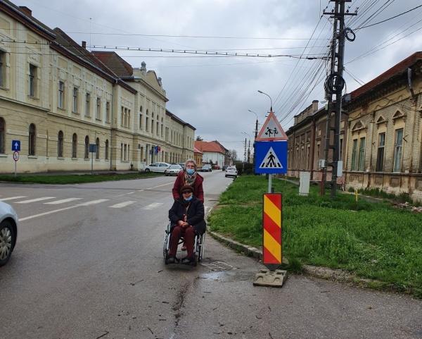 Spre centrul de vaccinare Carei în cărucior cu rotile