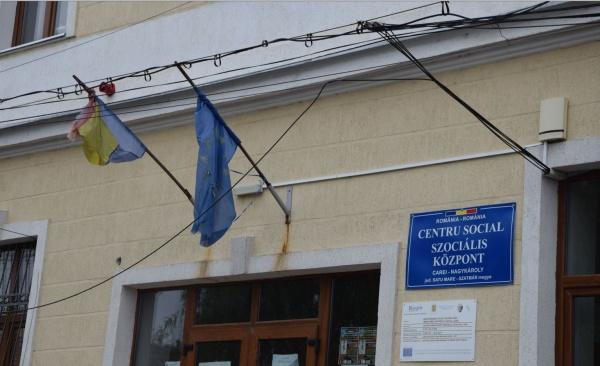 Drapel tricolor zdrențuit la Centrul Social din subordinea Primăriei Carei