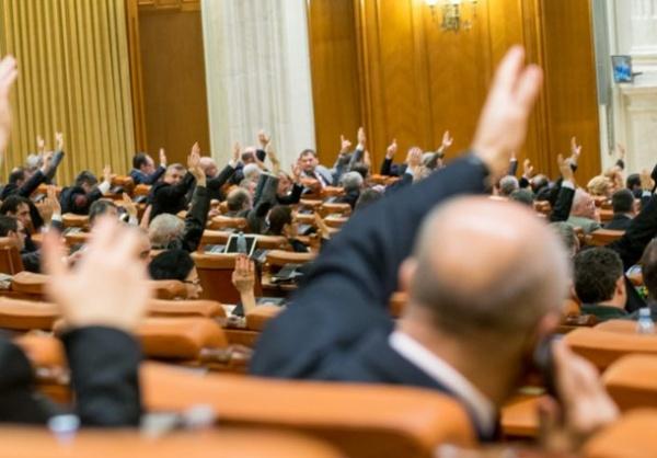 Umăr la umăr. PSD,PNL și UDMR nu au votat  pentru desființarea pensiilor speciale pentru aleșii locali