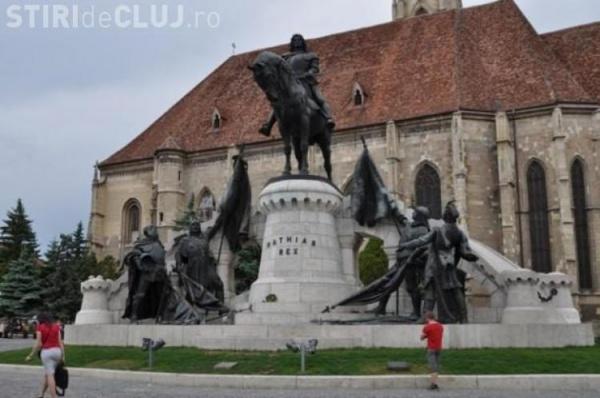 Un sătmărean a vandalizat statuia lui Matei Corvin din centrul Clujului