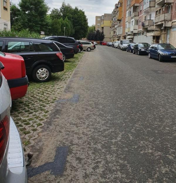 Se șterg marcajele recente pentru parcările din cartierul Mihai Viteazul I Carei