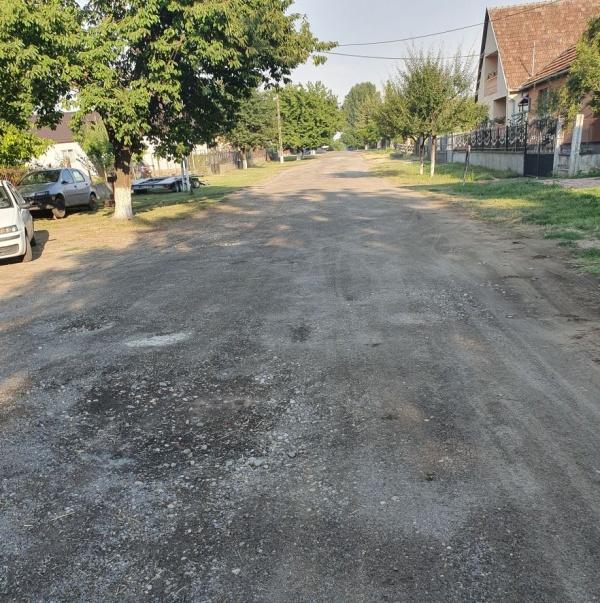 Așa arată un drum din satul românesc Marna Nouă din județul Satu Mare