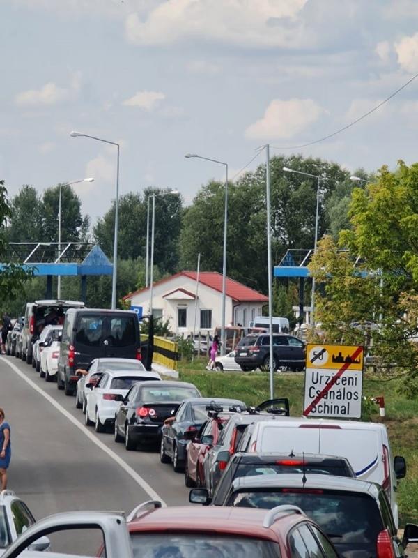 Vama Urziceni sufocată de mașini pe sensul de ieșire din țară